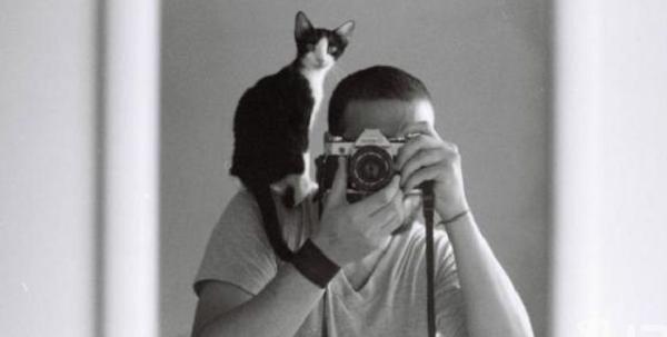Кот на плече фотографа