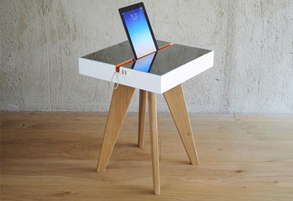 Стол Lucio с солнечными батареями вместо поверхности